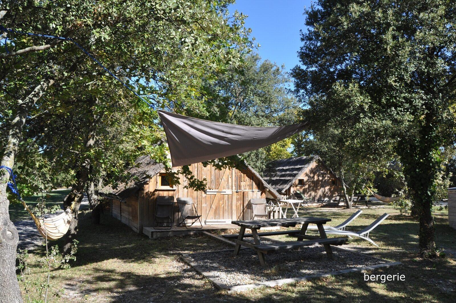 Lodges in de Provence - Bergerie: houten hut met rieten dak en airco