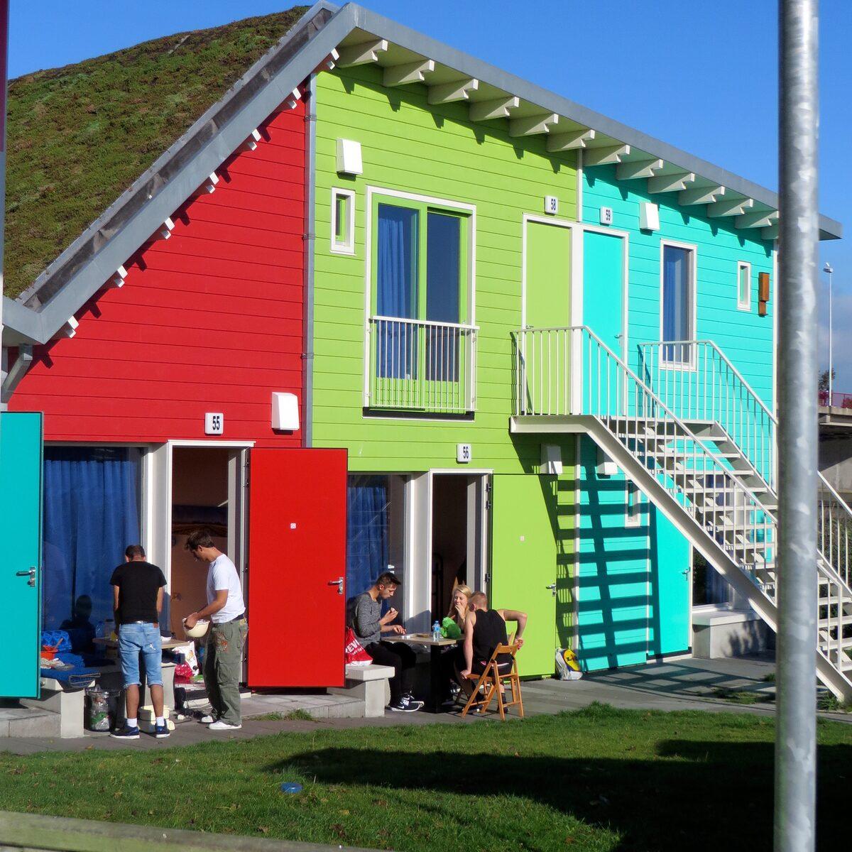 Een tweepersoons en een vierpersoons Eco-Cabin naast elkaar
