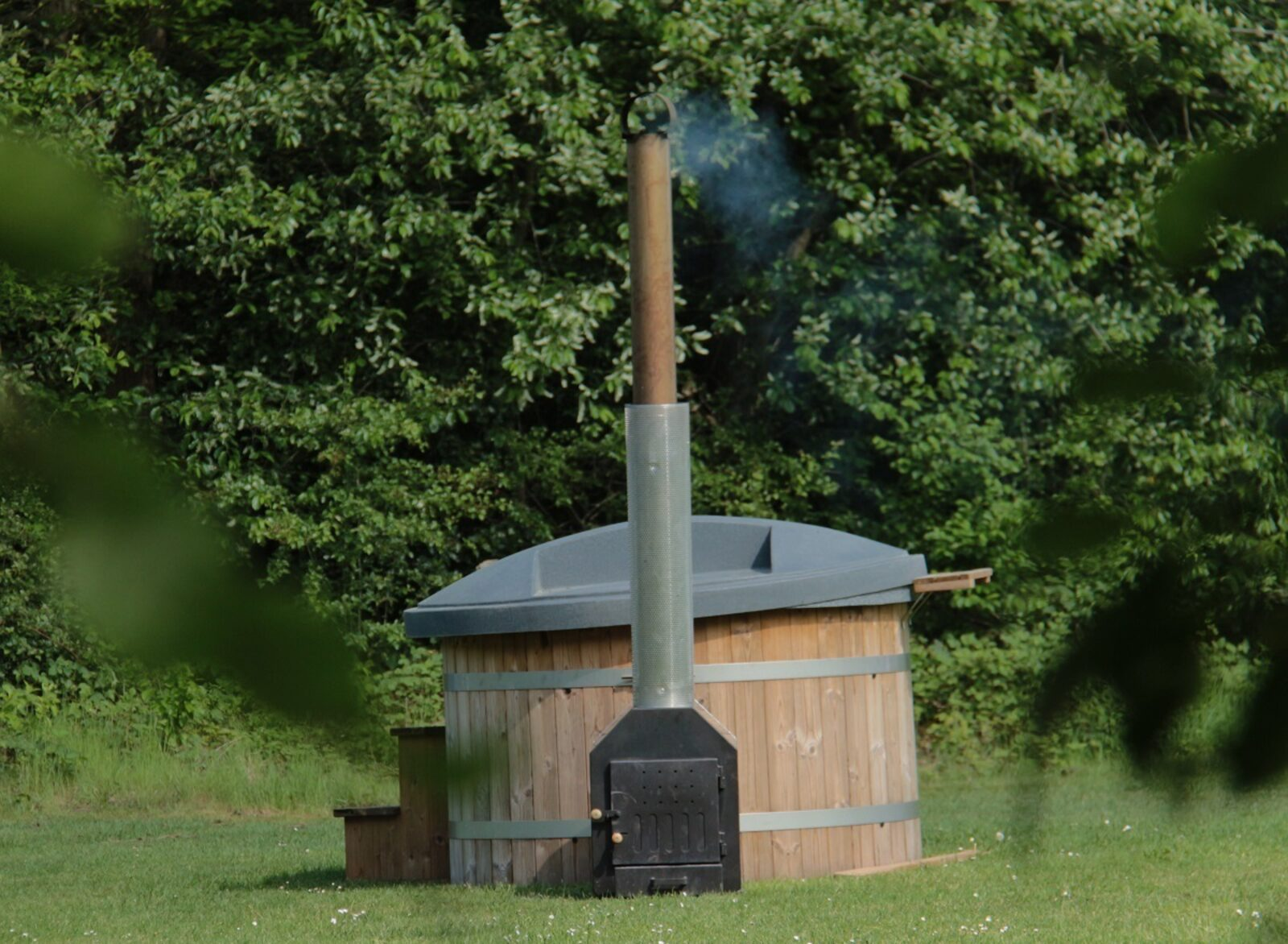 Bungalow mit Holzbefeuerter Badezuber