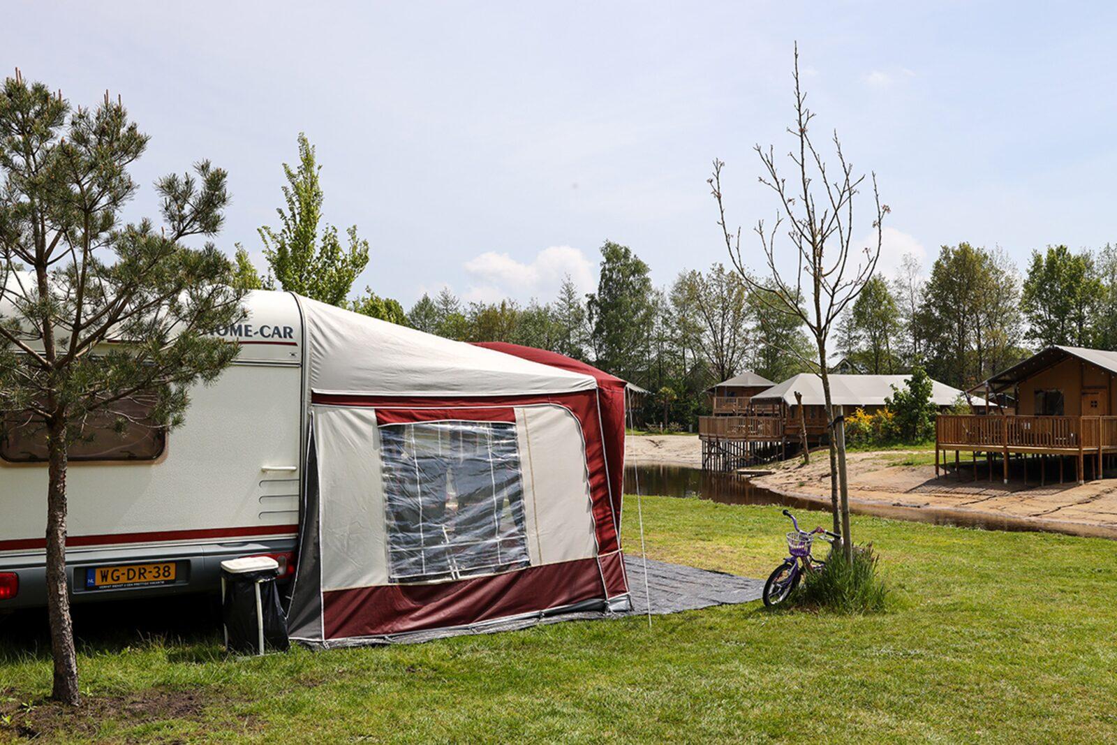Camping-Stellplatz, liegt direkt am Wasser
