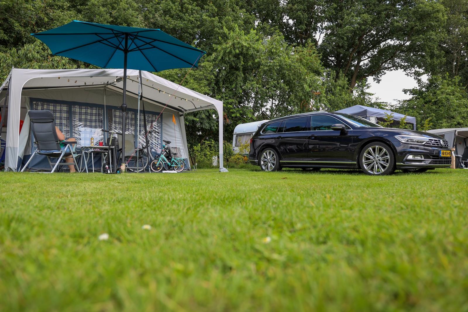 Camping-Stellplatz mit Parkplatz