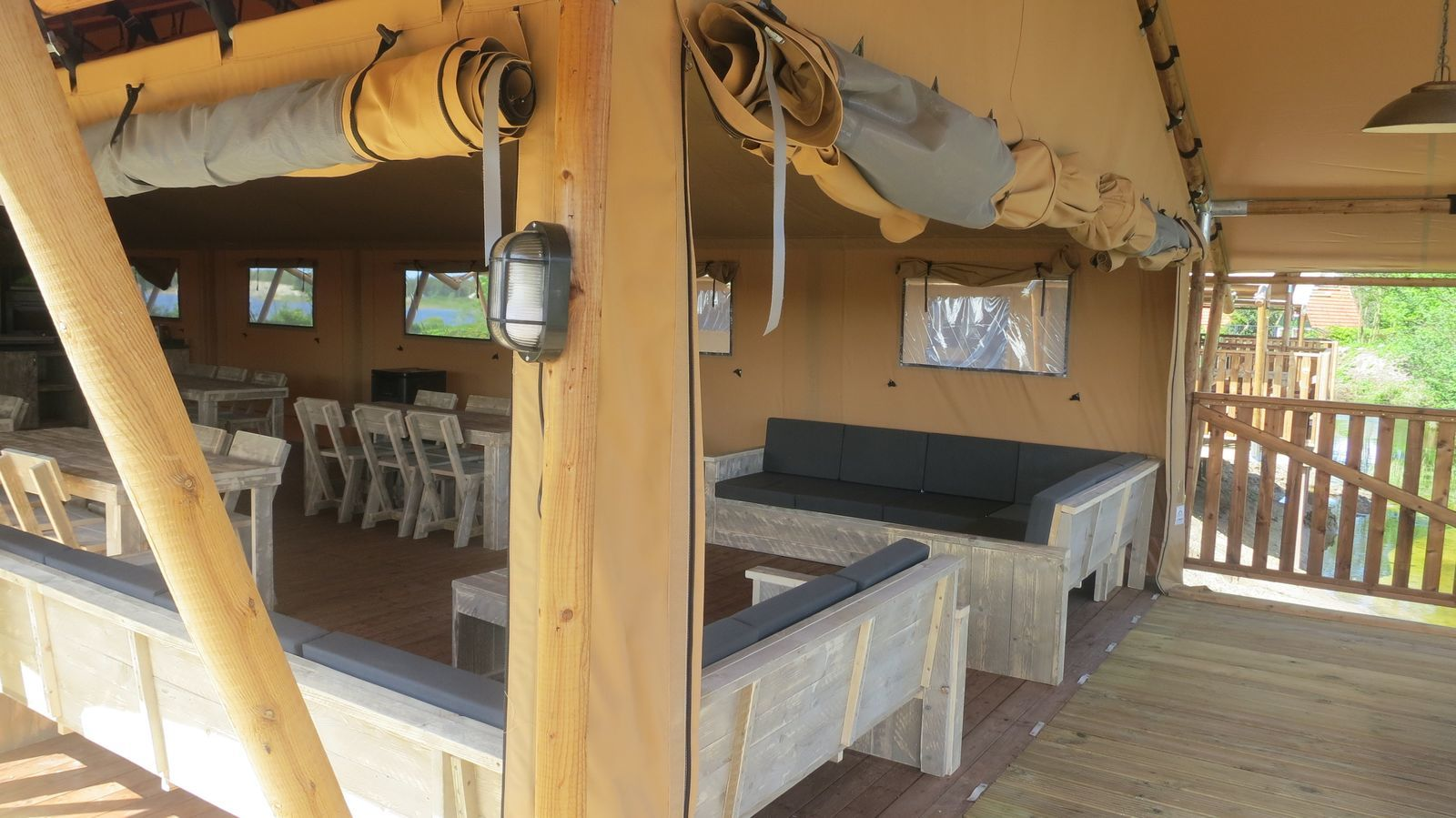 Groepsverblijf groepstent + vier luxe 6-pers. glamping tenten (24 personen)